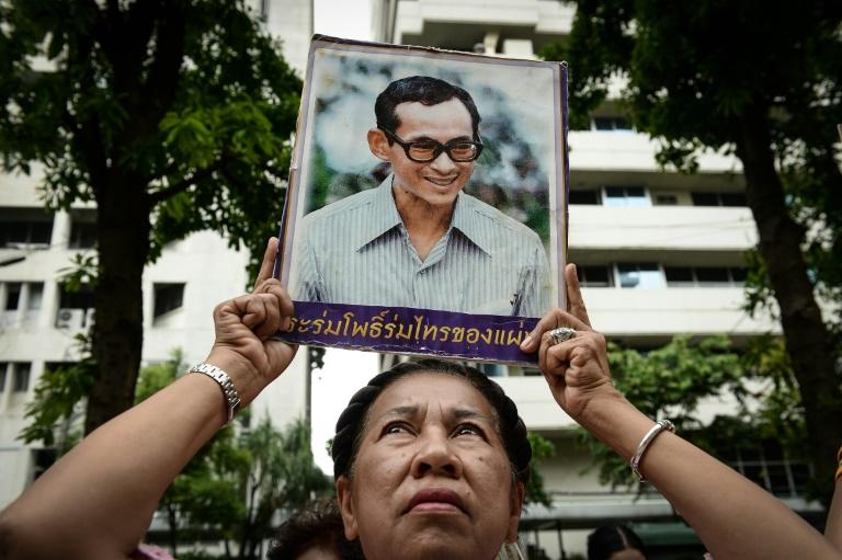 La Thaïlande déclare vendredi jour chômé après le décès du roi