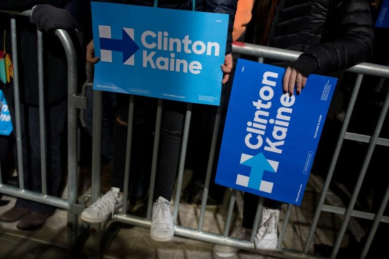 Des partisans d'Hillary Clinton et de son colistier Tim Kaine lors d'un meeting à Philadelphie le 22 octobre 2016