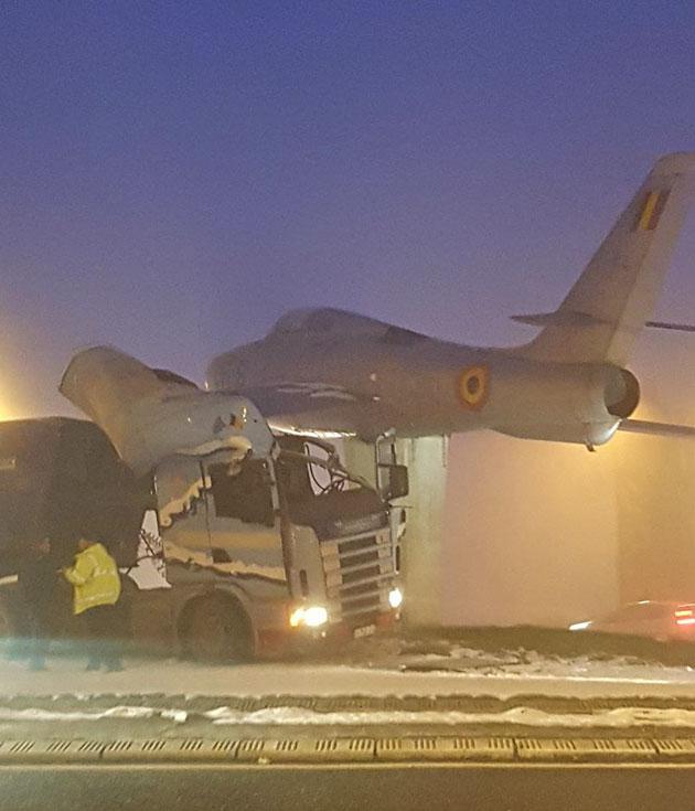 Accident entre un camion et... un avion — Belgique