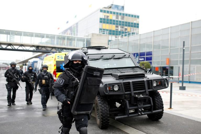 Attaque d'Orly : les gardes à vue du frère et du cousin de l'assaillant ont été levées