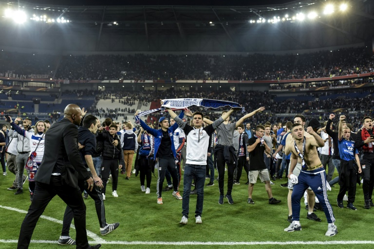 La pelouse du Parc OL envahie par des supporters avant Lyon-Besiktas