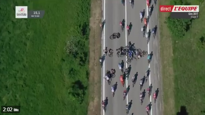 Une moto de la police provoque une chute collective — Giro