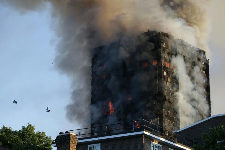 Un incendie spectaculaire ravage une tour de 24 étages — Londres