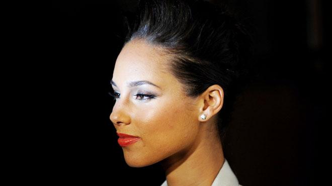 Sa nouvelle coiffure couleur stabilo est à tomber par terre — Alicia Keys