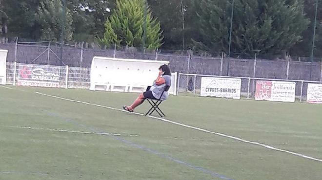 Hautes-Pyrénées : excédée, elle s'installe sur le terrain en plein match