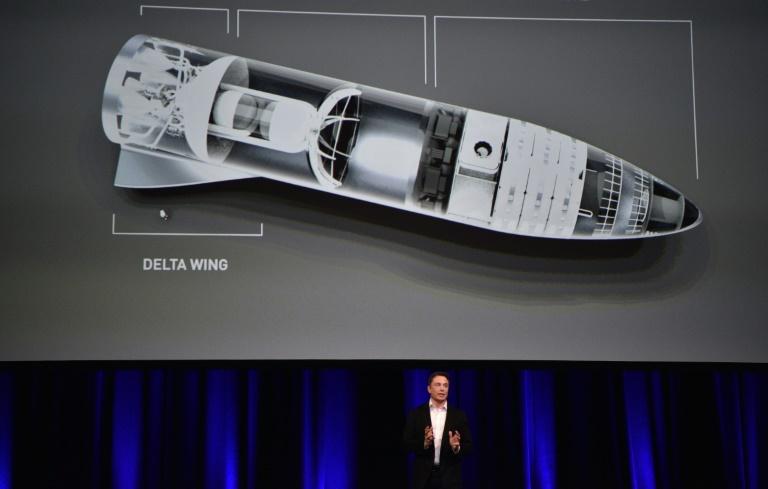 Elon Musk devant une image de sa nouvelle fusée au congrès mondial d'astronautique à Adélaïde le 29 septembre 2017