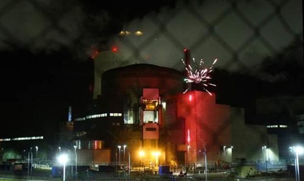 Feu d'artifice de Greenpeace à la centrale de Cattenom — Nucléaire