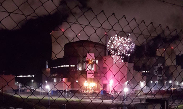 Nucléaire : feu d'artifice de Greenpeace à la centrale de Cattenom