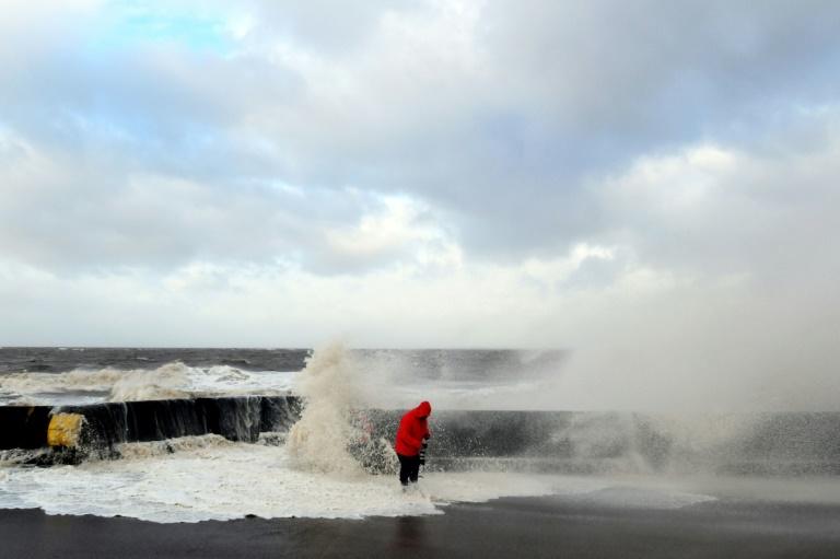 Une éolienne tombée et un poulailler renversé — Tempête Carmen
