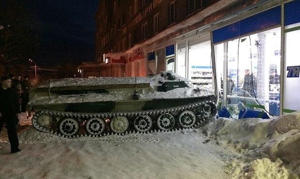 Ivre, il vole un blindé (et percute un supermarché) — Russie