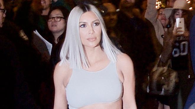 Kim Kardashian pose... dans ses toilettes