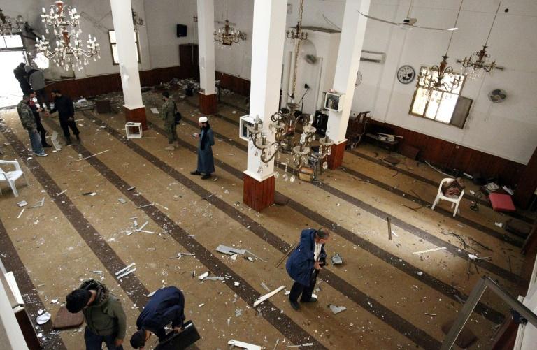 L'intérieur d'une mosquée dans la ville libyenne de Benghazi frappée par un attentat le 9 février 2018