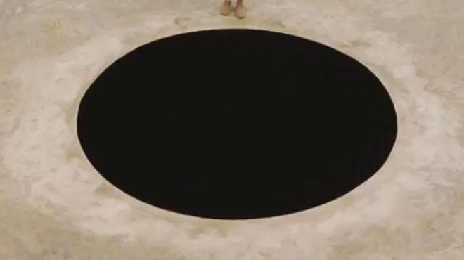 Un italien de 60 ans chute dans un trou noir... d'Anish Kapoor !