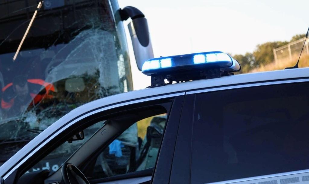 A3  4 blessés graves lors d une collision entre un bus et une voiture . b4bdaa45aac