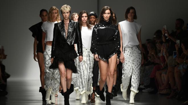 Fashion week de Paris  Micro-sacs, maxi-lunettes, seins à l air... Voici  les futures tendances . e64958fc38e