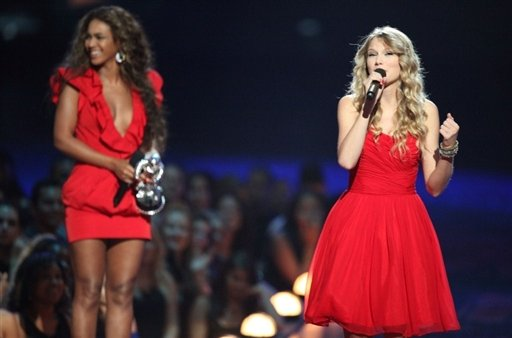 La chanteuse country Taylor Swift au micro devant Beyoncé le 13 septembre 2009 à New York