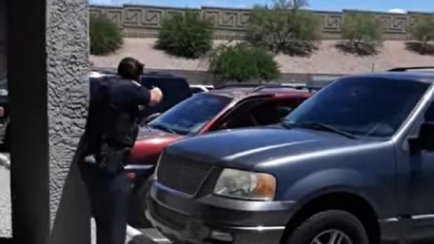 """""""Je vais te mettre une balle dans la tête"""" :Polémique aux États-Unis après l'arrestation violente d'une famille"""