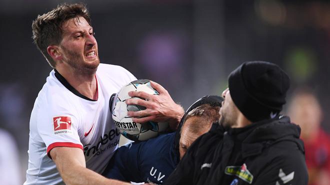 Il avait mis à terre l'entraîneur adverse :Le capitaine de Francfort suspendu sept matches