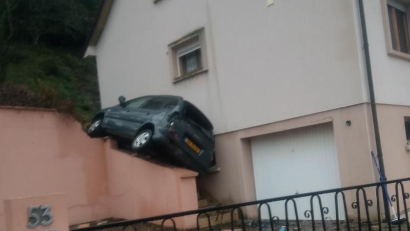 Lorraine :Une voiture luxembourgeoise s'encastre dans les escaliers