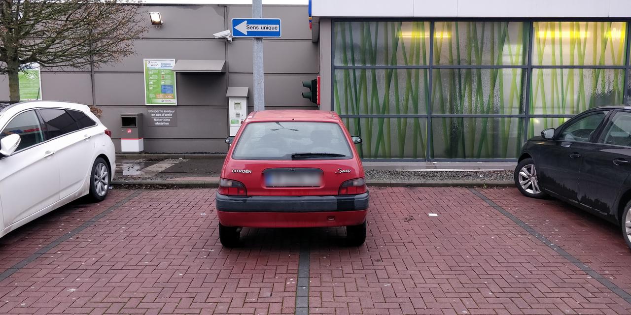Stationnement de l'année :Sa voiture n'est pas bien grosse, mais c'est gonflé!