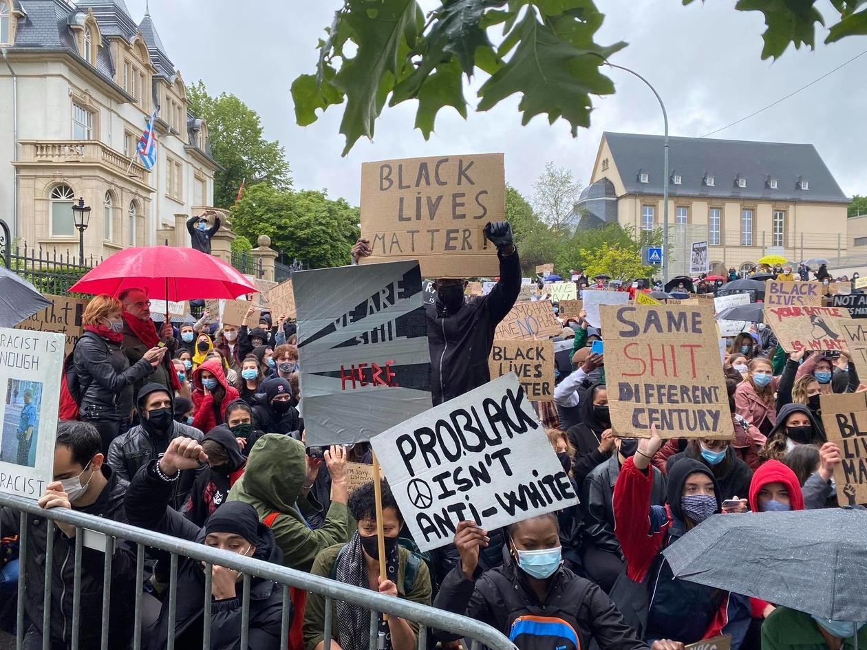 Luxembourg :Genou à terre, ils ont dit non au racisme devant l'ambassade américaine