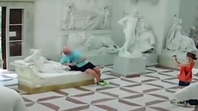 Photo bombe :Un touriste casse une célèbre statue dans un musée italien