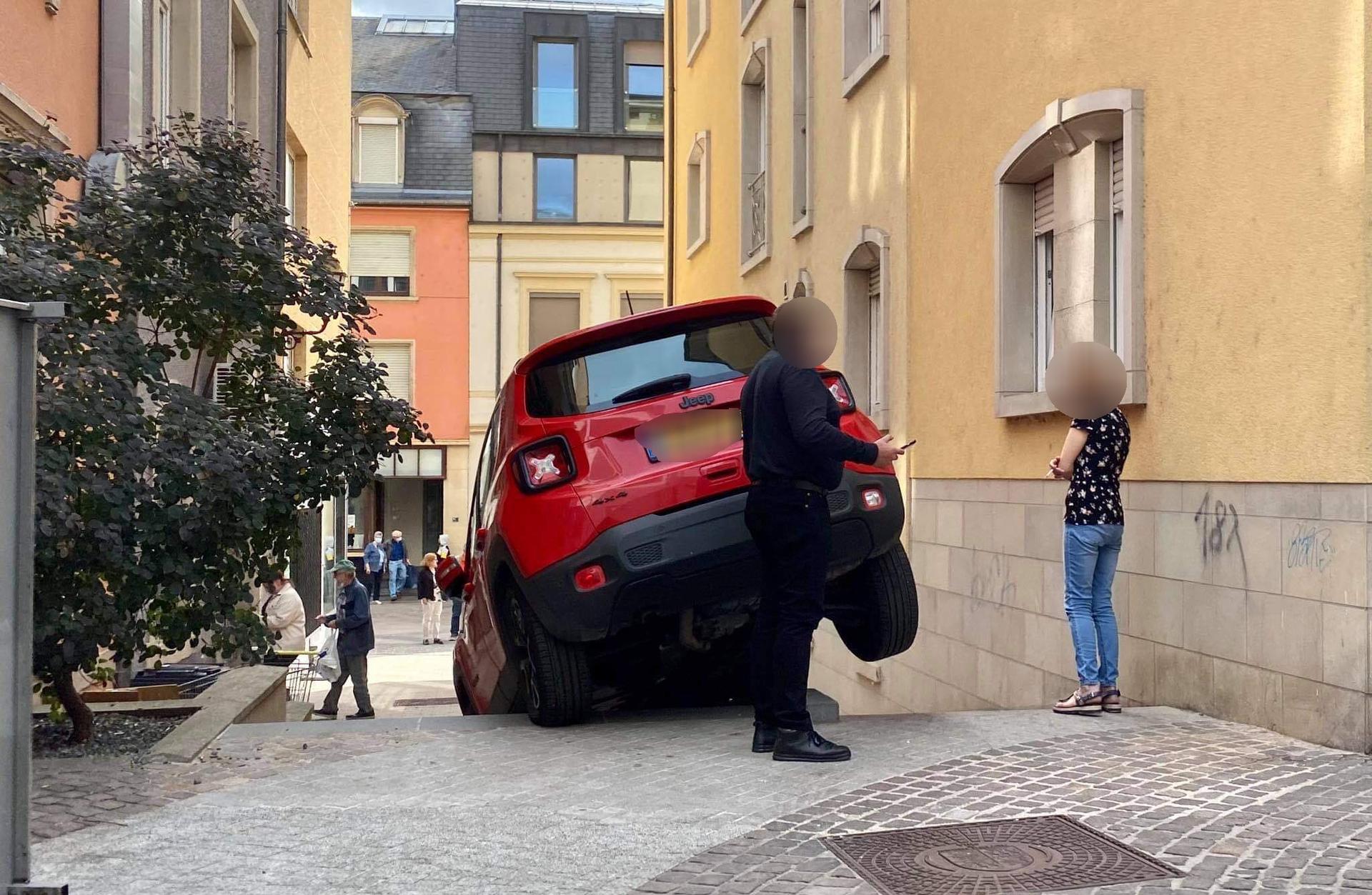 Insolite :Un SUV en fâcheuse posture à Ettelbruck