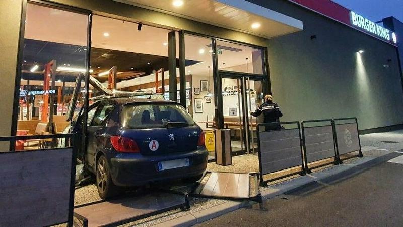 Fast Food and Furious :Sans permis, il défonce un Burger King