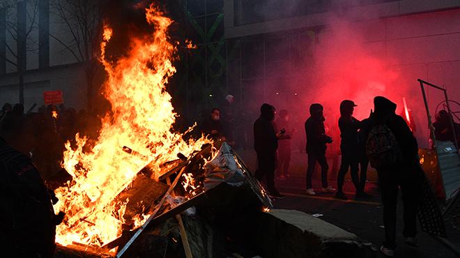 """Paris :Nouvelles tensions lors de la marche contre la loi """"sécurité globale"""""""