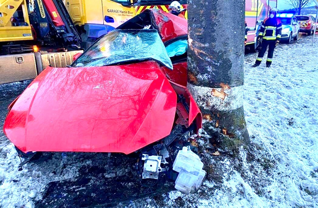 Plusieurs accidents ce matin :Une voiture termine contre un arbre sur la N12