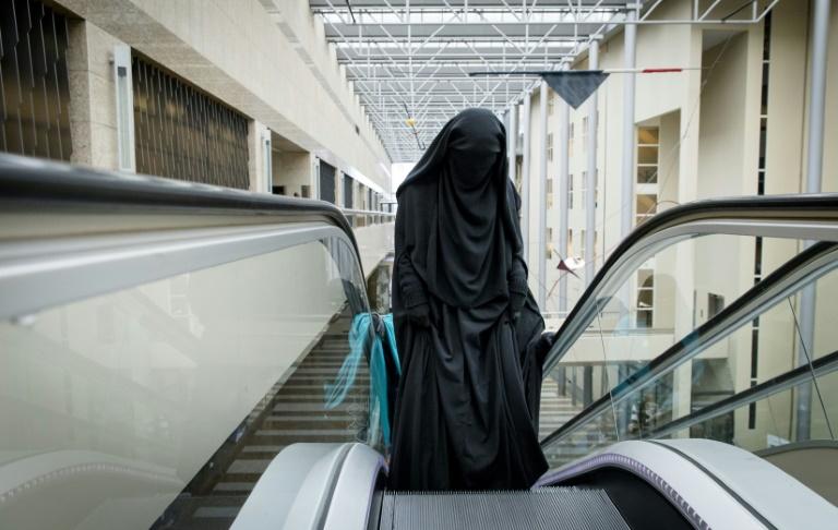 Référendum :La Suisse adopte l'initiative anti-burqa d'une courte majorité